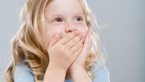 bé bị hôi miệng khi mọc răng