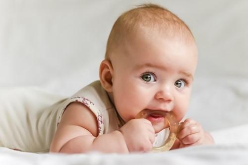 chăm sóc răng cho bé 1 tuổi
