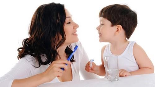 chăm sóc răng cho bé mới mọc