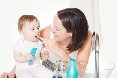 vệ sinh răng miệng cho bé trên 1 tuổi