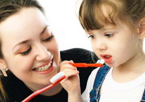 vệ sinh răng miệng cho trẻ 2 tuổi