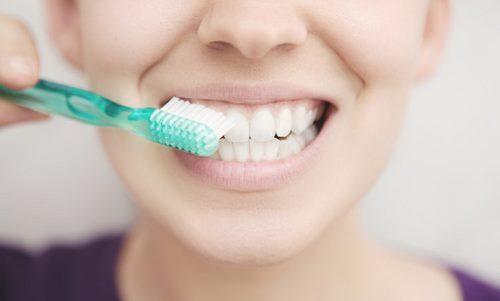 Sau khi nhổ răng có nên ngậm nước muối không-1