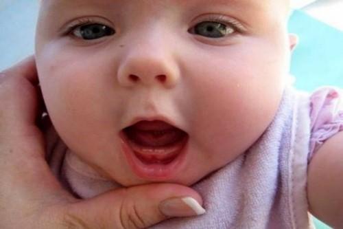 Dấu hiệu nhận biết trẻ mọc răng và cách giúp trẻ giảm đau khi mọc răng