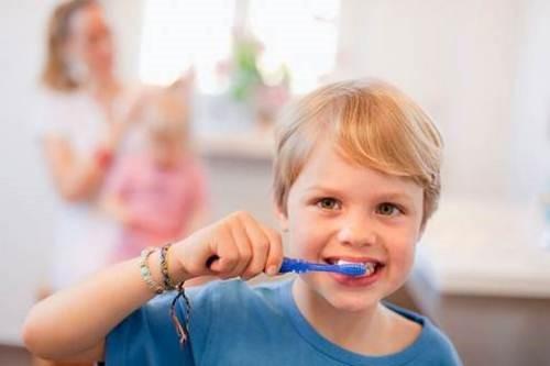 tập cho bé đánh răng