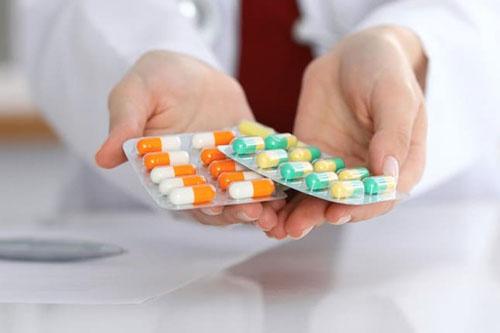 Dùng thuốc giảm đau theo chỉ định của bác sĩ