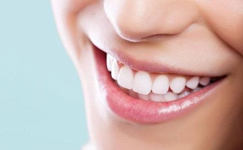 Bọc răng sứ cho răng khểnh có đều được không?