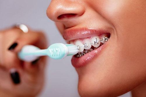 Đánh răng sai cách rất dễ gây tổn hại răng, nướu dẫn đến tụt lợi