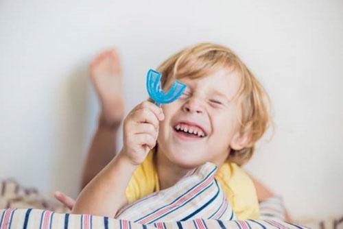 Hàm trainer có thể dùng khi trẻ có dấu hiệu răng mọc sai lệch