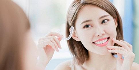 Niềng răng trong suốt đảm bảo an toàn, thoải mái cho người dùng