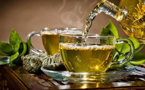 Sử dụng nước trà xanh giảm đau răng