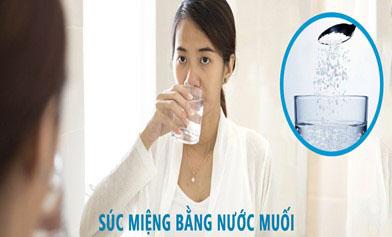Súc miệng bằng nước muối ấm giúp sát khuẩn hiệu quả