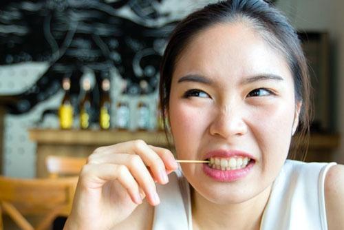 Thói quen dùng tăm xỉa răng rất dễ gây răng thưa