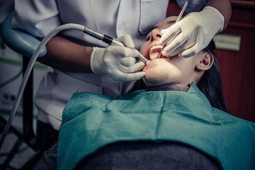 Trám răng giúp phục hình men răng mới cố định