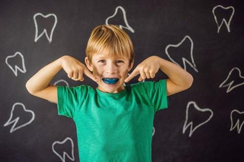 Cần cho trẻ đeo hàm trainer đúng thời gian quy định