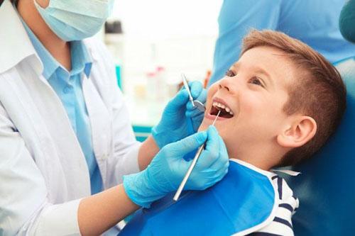 Đưa trẻ đến nha khoa uy tín để niềng răng silicon an toàn, hiệu quả