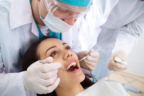 Cắt chỉ sau nhổ răng khôn có đau không?